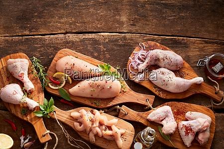 cortes variados e porcoes de frango