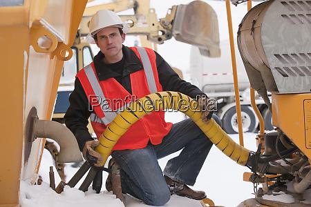 engenheiro inspecionando um motor de terra