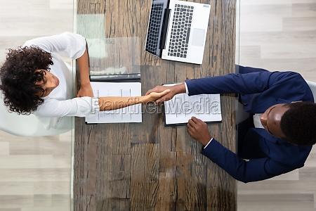 jovens empresarios sentados em entrevista