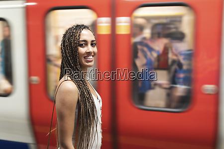 retrato de jovem sorridente esperando na