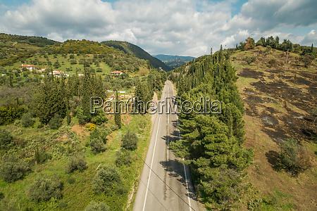 vista aerea da estrada asfaltica no
