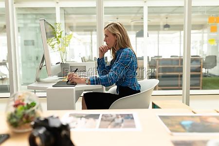 designer grafico feminino usando tablet grafico