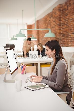 executiva feminina trabalhando em computador