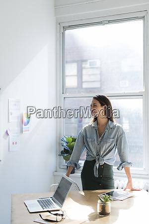 mulher, de, negócio, que, está, atrás - 27636546