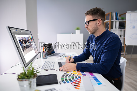 designer masculino trabalhando em computador