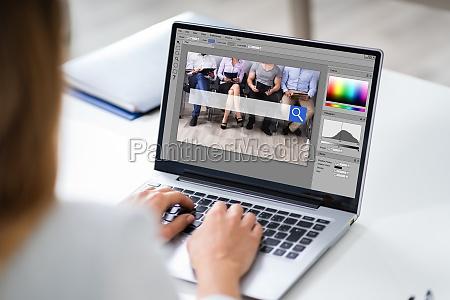 designer editando foto no computador