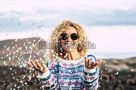 retrato, de, mulher, loira, feliz, celebrando - 28031073