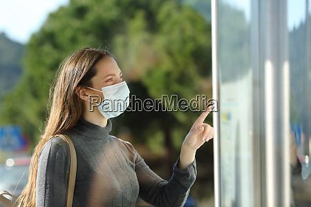 mulher usando um cronograma de verificacao