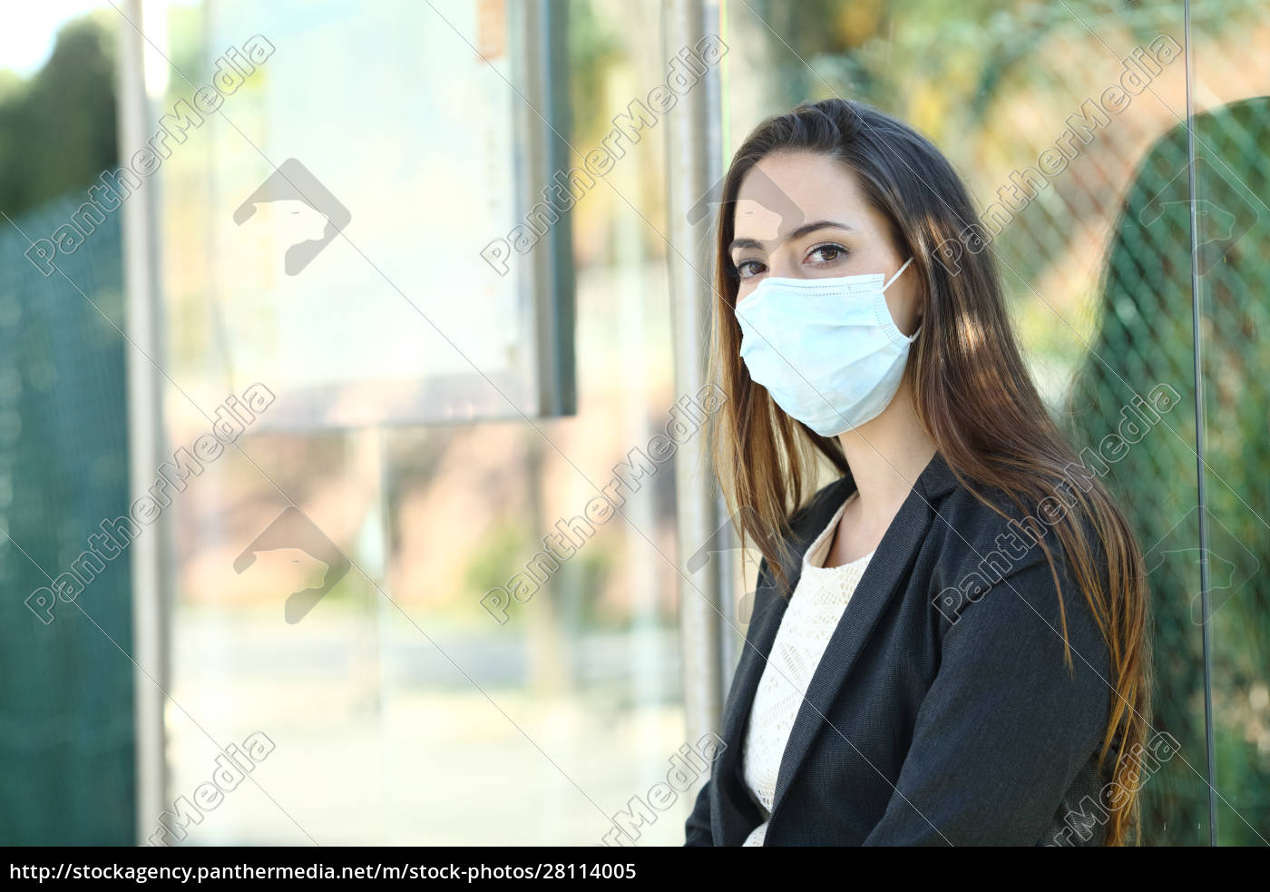 mulher, usando, uma, máscara, para, evitar - 28114005