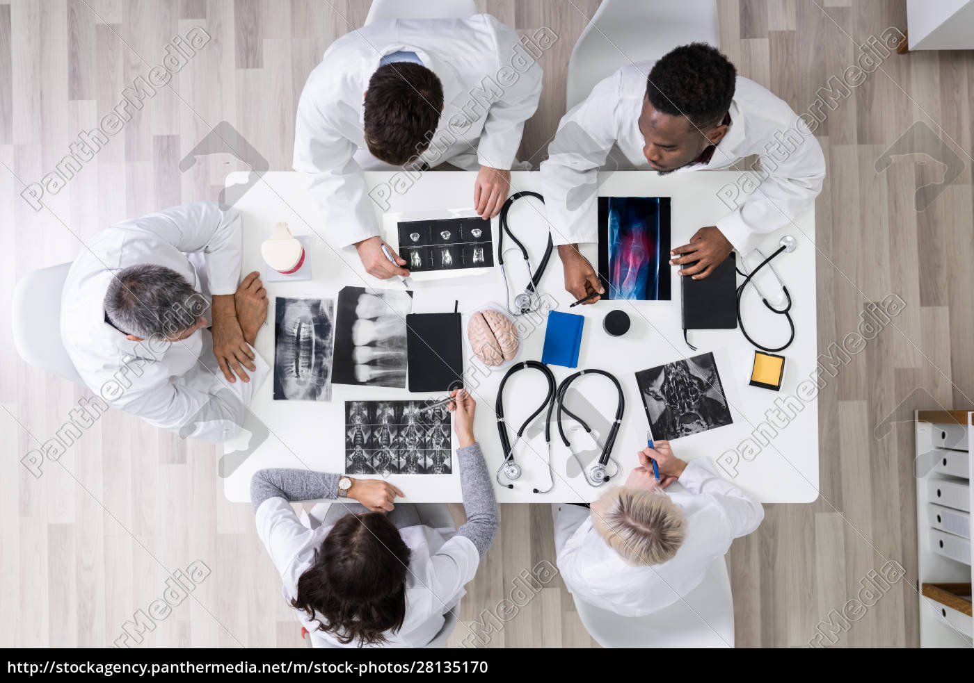 doctors, looking, at, x-ray, images, - 28135170