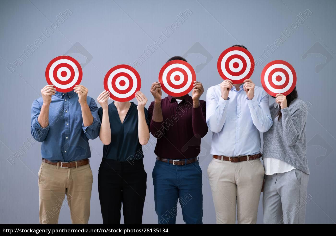 empresários, segurando, dartboard - 28135134