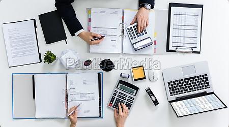 dois empresarios calculando contas no escritorio