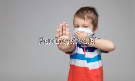 crianca usando uma mascara respiratoria como