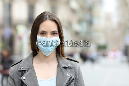 mulher com mascara protetora olhando para
