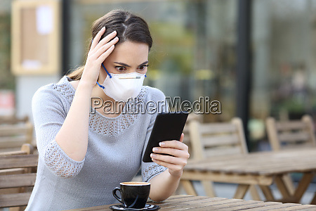 mulher preocupada com mascara olhando para