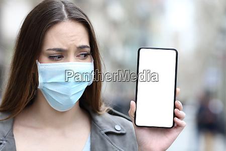 garota assustada com mascara olhando para