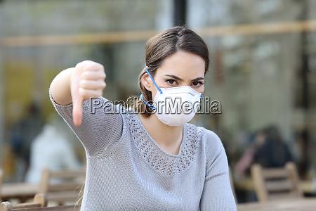 mulher fazendo polegares para baixo usando