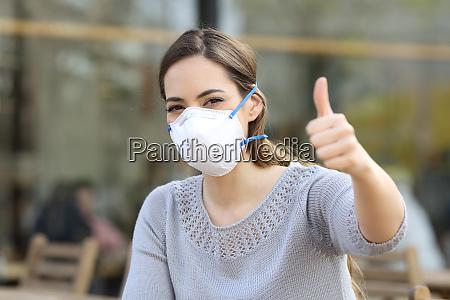 mulher fazendo polegares para cima usando