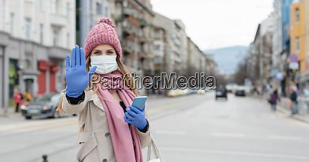 mulher em cidade de confinamento vazio
