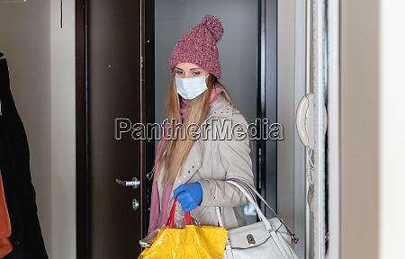 mulher com mantimentos voltando para casa