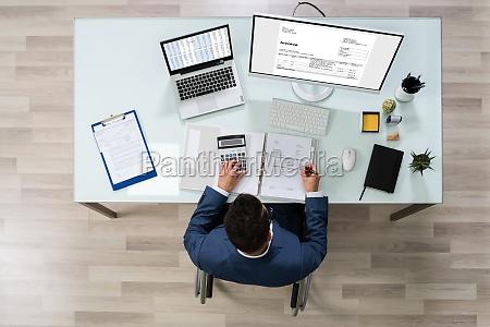 empresario trabalhando em escritorio sentado em