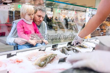 familia comprando peixe no supermercado