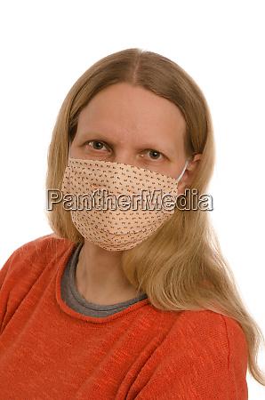 mulher com protecao bucal e mascara