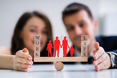 casal protegendo o equilibrio entre trabalho