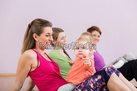 maes se exercitando com bebes em