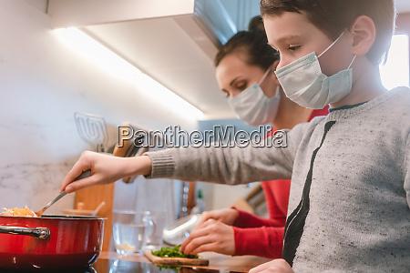 mae e filho cozinhando em casa