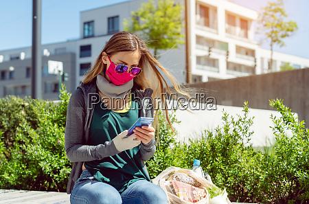 mulher com mascara facial sentada do