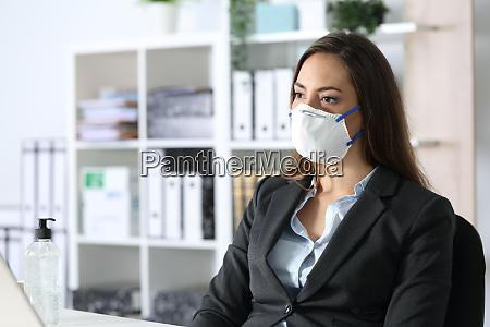 executivo pensativo usando mascara olhando para