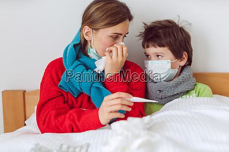 mae e filho na cama com