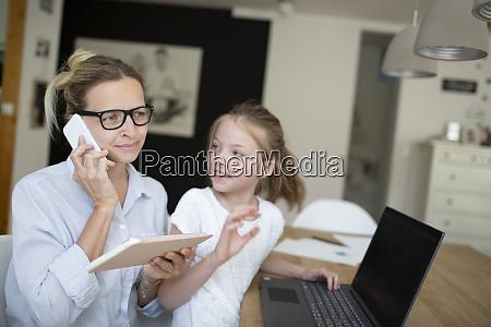 mulher muito jovem trabalha de casa