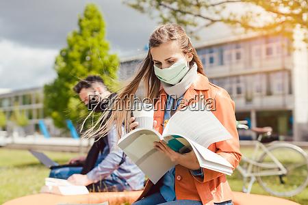 mulher estudante no campus universitario aprendendo