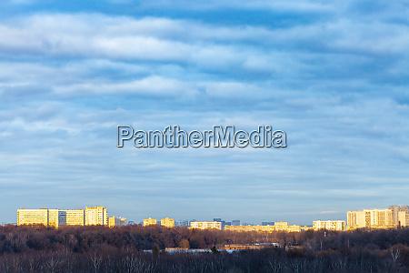 nuvens azuis escuras sobre parque urbano