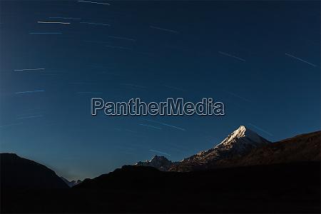 trilhas estelares acima das montanhas do