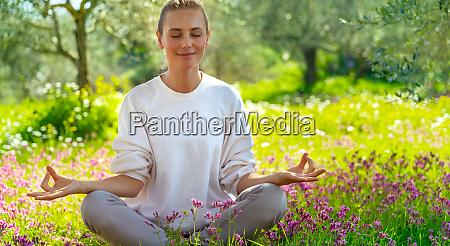 meditando ao ar livre