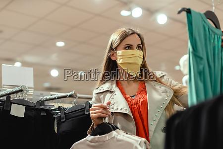 mulher fazendo compras em loja de