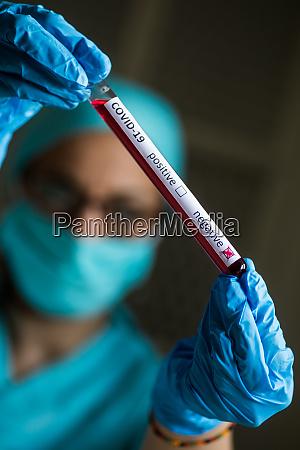 medico maos segurando um tubo de