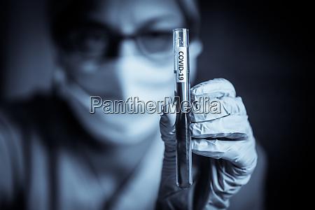 medico segurando um tubo de ensaio