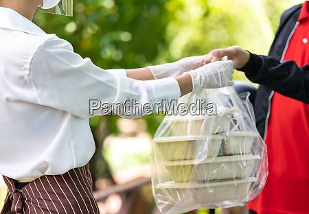 entrega homem pegar ordem de comida