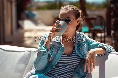 tomando cafe ao ar livre