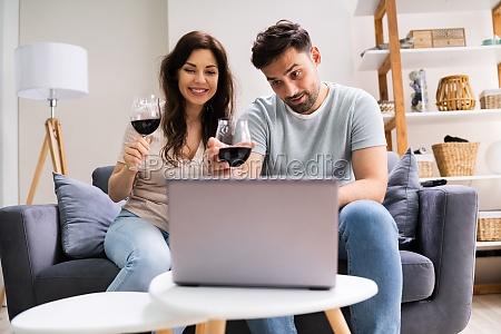 degustacao virtual de vinhos usando laptop