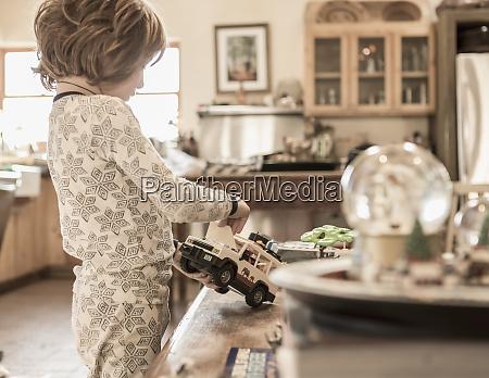 menino de 4 anos usando pijama