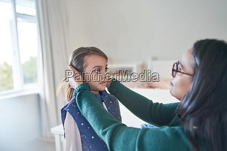 mae ajudando filha consertar cabelo