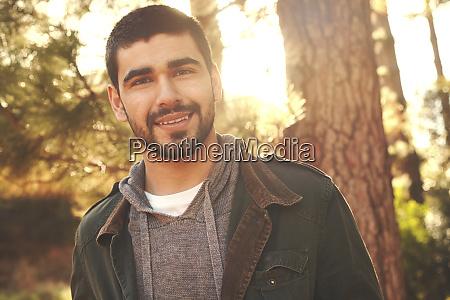 retrato jovem confiante na floresta