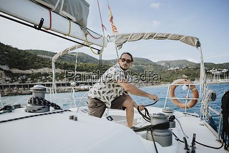 marinheiro macho manobrando com guincho em