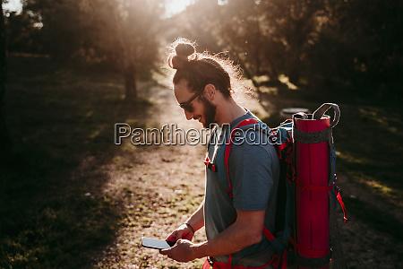 homem barbudo com smartphone em uma