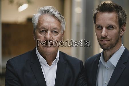 retrato de dois empresarios olhando para